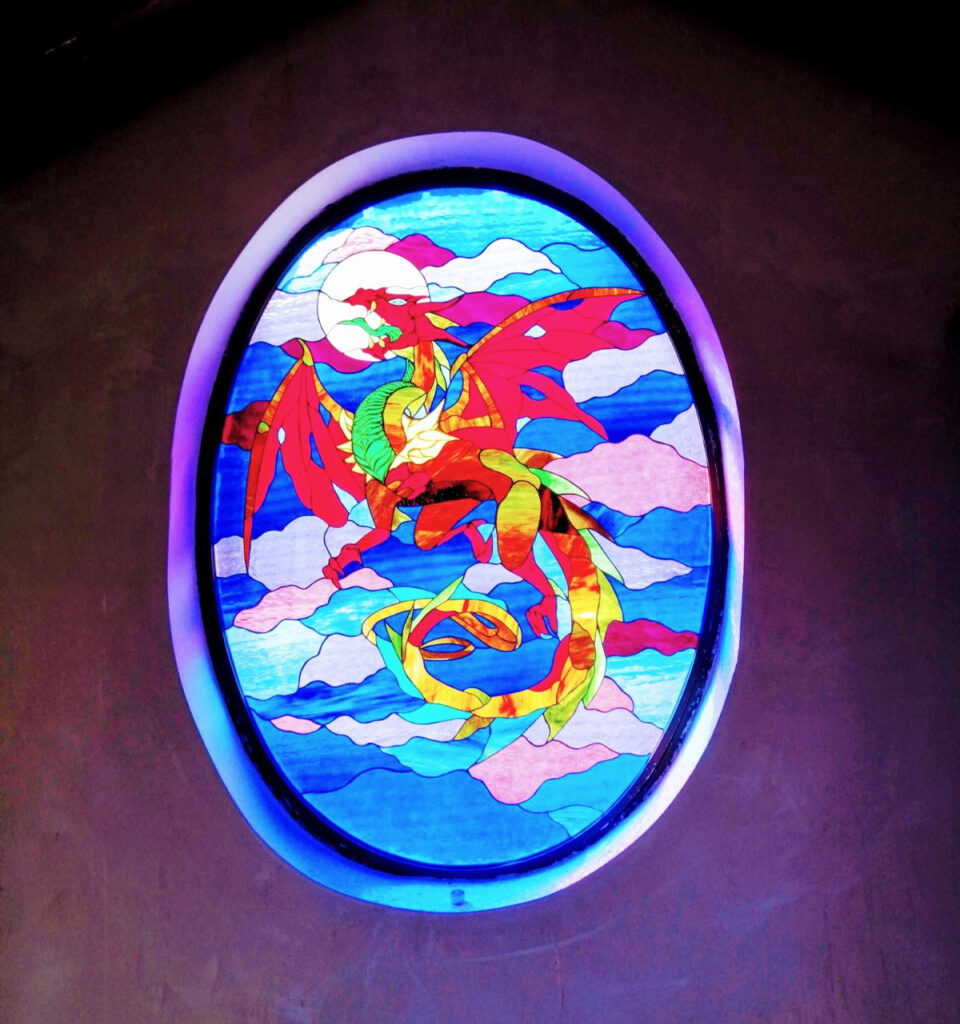 ventanal vidriera dragón